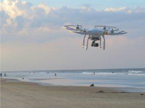 海岸を飛行するドローン